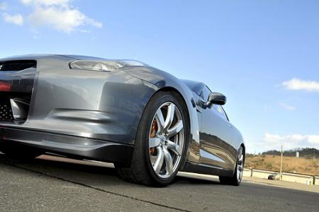 近乎贴近地面的车身,让GT-R跑得更快