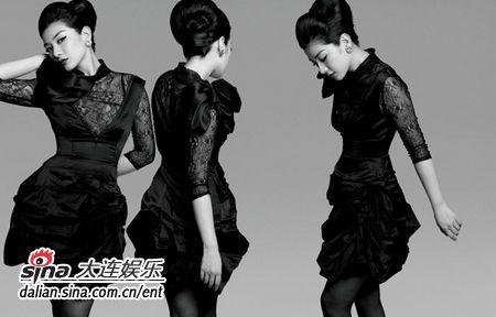 黄奕近日发布一套黑白写真