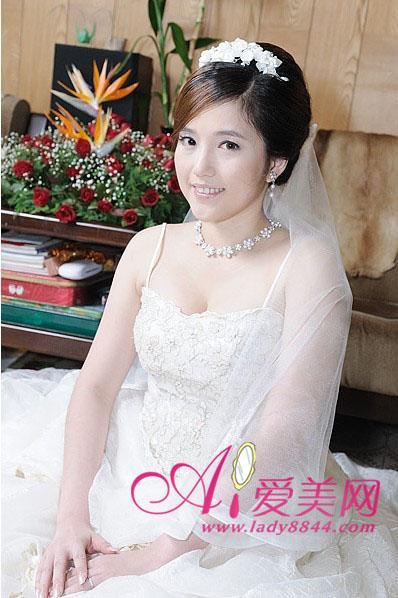 新娘菱形脸,所以要增添头发横向的分量可以稍加修饰 (398x598)