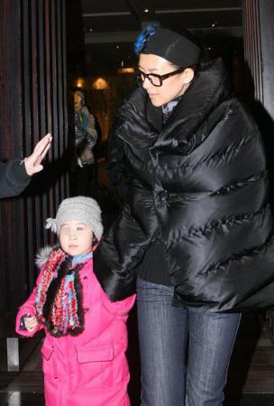 昨日晚,章子怡携外甥女外出散步