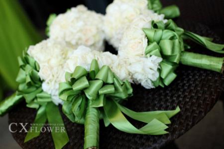 伴娘的捧花以其数量和一致性让整体仪式奢华感倍增
