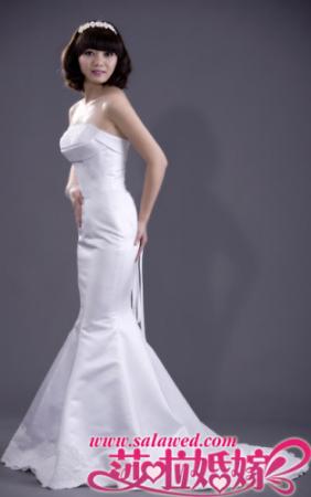 立体剪裁的鱼尾婚纱散发迷人珍珠光泽